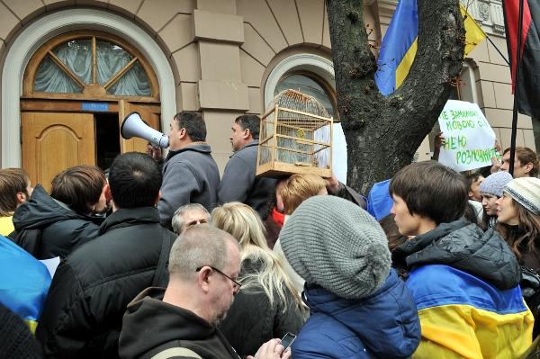 Писатели братья Капрановы выступают во время акции Спаси свой язык! в Киеве 4 октября 2010 года. Фото: Владимир Бородин/The Epoch Times