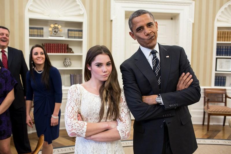 Вашингтон, США, 15листопада. Барак Обама жартівливо копіює вираз обличчя олімпійської гімнастки Маккейли Мерони, яка не зраділа срібній медалі на Олімпіаді-2012. Фото: Pete Souza/The White House via Getty Images