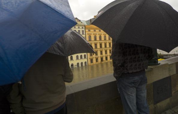 Люди смотрят на затопленные улицы исторического центра Праги, Чехия. Фото: MICHAL CIZEK / AFP / Getty Images