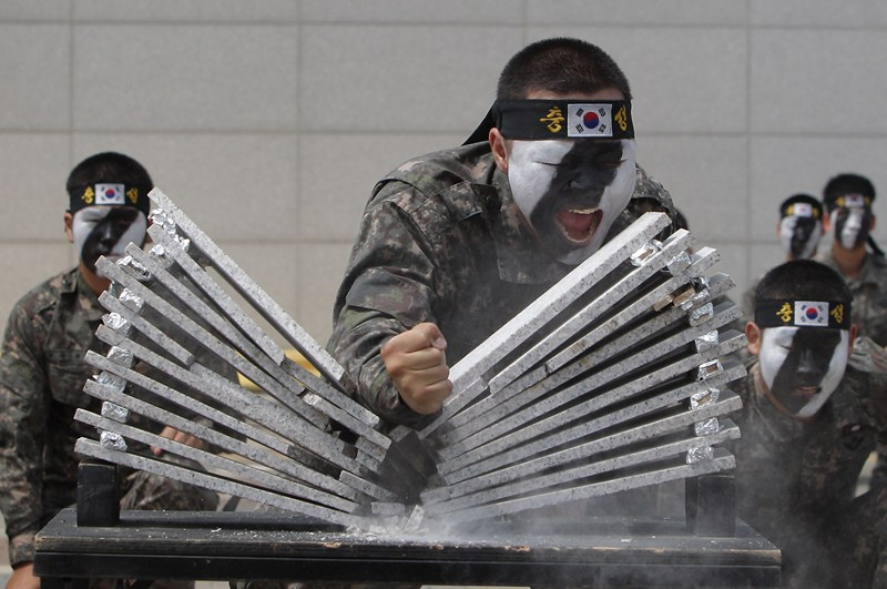 Сеул, Южная Корея, 13 июня. Солдат демонстрирует свои навыки на антитеррористических учениях. Фото: Chung Sung-Jun/Getty Images