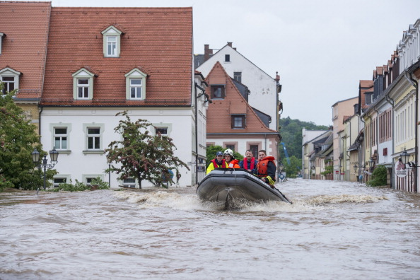 Спасатели плывут по улицам города Гримма в лодке. Фото: Jens Schlueter / Getty Images