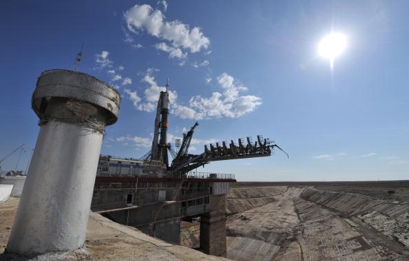 Ракета-носитель «Союз-ФГ» устанавливается на стартовую площадку космодрома Байконур. Фото: VYACHESLAV OSELEDKO/AFP/Getty Images