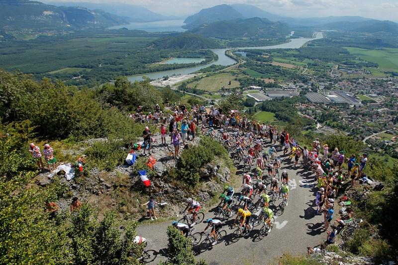 Ла Сапетт, Франция, 11 июля. Гонщики «Тур де Франс» преодолевают альпийскую гору высшей категории Коль-дю-Гран-Коломбье. В жёлтой майке лидера — британец Брэдли Уиддинс. Фото: Doug Pensinger/Getty Images