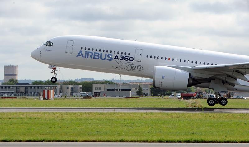 Аеропорт Тулуза-Бланьяк, Франція, 14 червня. Аеробус А350 вирушає у свій перший випробувальний політ. Лайнери А350 розробляються як заміна серії А340 і конкуренти літакам «Боїнг 787». Фото: ERIC CABANIS/AFP/Getty Images