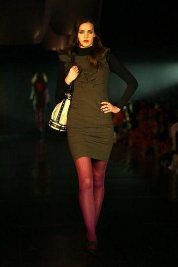 Модель в одежде от дизайнера Зака Розена на подиуме Central Pier во время Target Rocks Red Market шоу - Фестиваля моды L'Oreal, в Мельбурне, Австралия 9 марта 2008 (Фото Кристиан Доулинг/Getty Images).