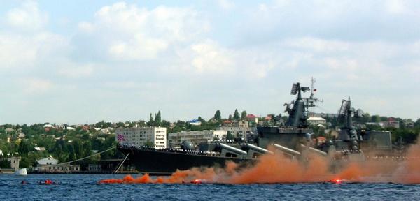 С «поврежденного корабля» в воду прыгает экипаж. Фото: Алла Лавриненко/The Epoch Times Украина