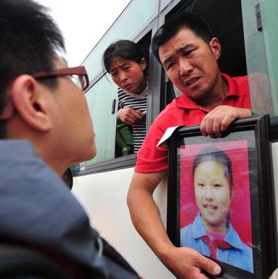 Родители, скорбящие по своим детям. Фото: FREDERIC J. BROWN/AFP/Getty Images