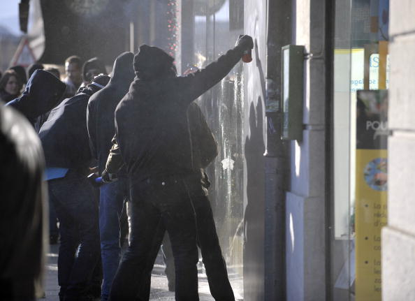 За повідомленнями швейцарських ЗМІ, в мітингу проти політики Всесвітньої торгової організації (ВТО), що пройшов у центрі Женеви, група антиглобаліcтів влаштувала погром. Вони запалили декілька фаєрів і петард та побили вікна в банках і ресторанах, які тра