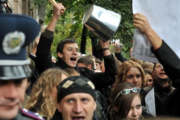 Участники демонстрации требуют снять с регистрации проект закона «О языках в Украине» в Киеве 4 октября 2010 года. Фото: Владимир Бородин/The Epoch Times