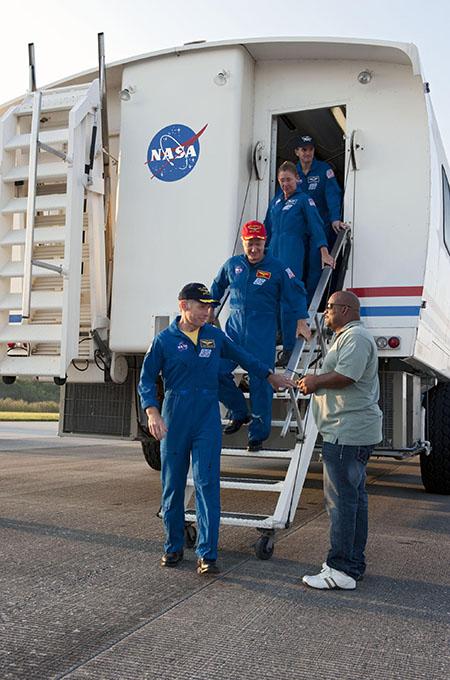 Экипаж шаттла «Атлантис» прибыл в Космический центр им. Кеннеди. Фото: NASA/Kim Shiflett