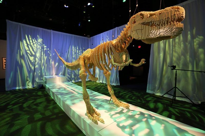 Нью-Йорк, США, 18 червня. У виставковому центрі «Discovery Times Square» проходить виставка робіт Натана Савайі «Мистецтво конструювання». Всі творіння скульптора виготовлені з блоків конструктора LEGO. Фото: Mario Tama/Getty Images