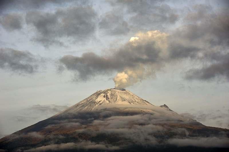 Мексика, 14 мая. Началось извержение второго по высоте вулкана страны Попокатепетль («Дымящийся холм» на языке науатль), расположенного всего в 55 км от столицы. Фото: Ronaldo Schemidt/AFP/Getty Images