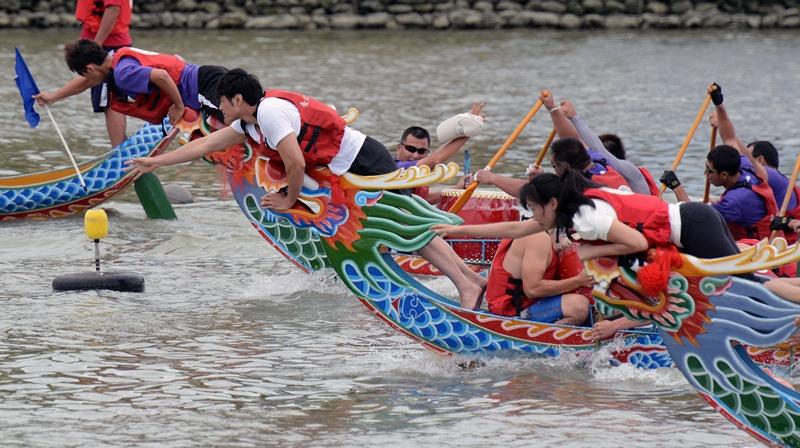 Тайбэй, Тайвань, 12 июня. 234 команды со всего мира приняли участие в ежегодном «Празднике драконьих лодок». Фото: SAM YEH/AFP/Getty Images