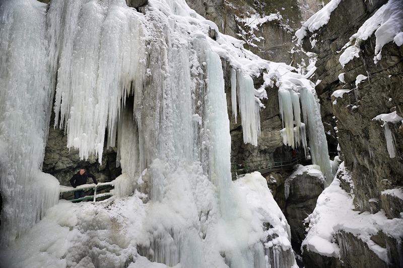 Оберстдорф, Бавария, Германия, 5 марта. Огромные ледяные сосульки нависли на склонах Брайтахского (Широкого) ущелья. Фото: Thomas Lohnes/Getty Images