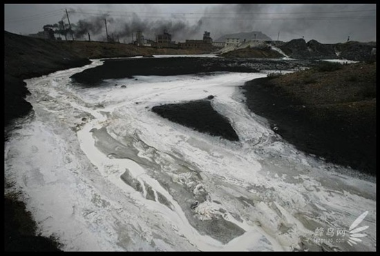 Щодня велика кількість стічних вод викидається в річку Хуанхе в промисловому районі Ласенмяо Внутрішньої Монголії. 26 липня 2005. Фото: Лу Гуан