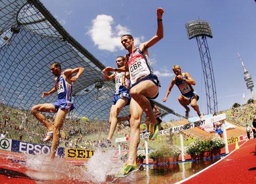 Мюнхен. Германия. Спортсмены преодолевают водную преграду во время забега на 3000 метров на Кубке Европы-2007 по лёгкой атлетике.  Фото: Ian Walton/Getty Images