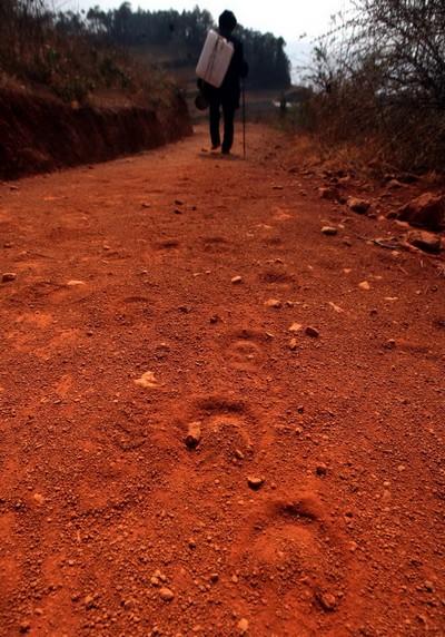 Теперь с полной канистрой предстоит нелёгкая дорога домой. Фото с aboluowang.com