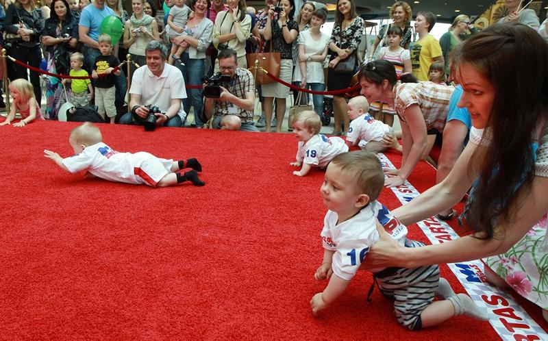 Вильнюс, Литва, 1 июня. Ползунки участвуют в «детской гонке» в рамках празднования Международного дня защиты детей. Фото: PETRAS MALUKAS/AFP/Getty Images