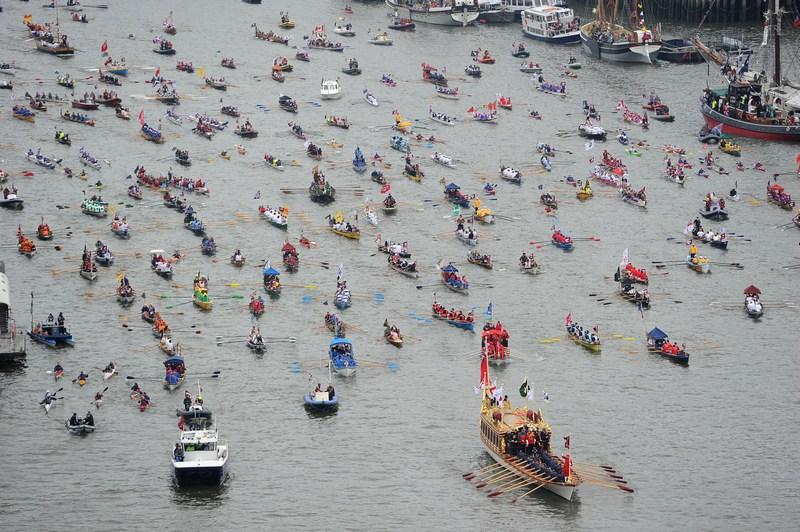 Лондон, Англія, 3червня. Святкова флотилія з 1000суден і човнів на чолі з королівською баржею «Глоріана» (внизу справа) пройшла Темзою на честь ювілею правління королеви Єлизавети II. Фото: Owen Humphreys — WPA Pool/Getty Images