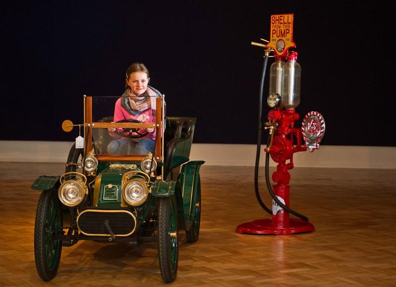 Лондон, Англия, 1 ноября. 8-летняя Лилли Слейтер сидит в детском фаэтоне «Talbot CT2K Tonneau» 1940 года выпуска, который выставлен на аукцион вместе с другими старинными автомобилями. Фото: Bethany Clarke/Getty Images