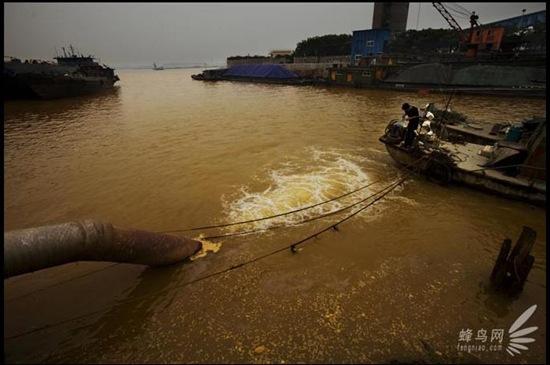 Велика кількість забрудненої хімією відпрацьованої води скидається в річку Янцзи в місті Чженьцзян провінції Цзянсу. У кілометрі від цього місця розташована водозабірна станція, яка бере воду для міста Данья. 10 червня 2009. Фото: Лу Гуан