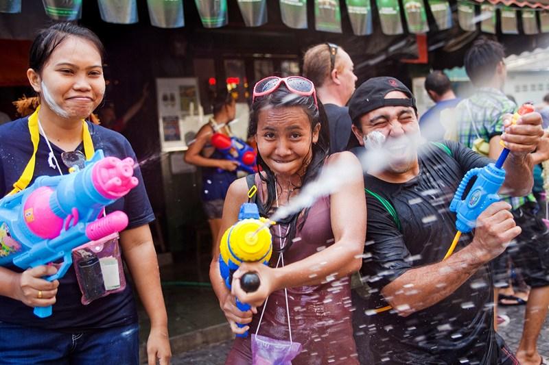 Бангкок, Таиланд, 14 апреля. Празднование нового года началось в стране с водного фестиваля, символизирующего очищение от всего дурного. Во время фестиваля тайцы и туристы обливают друг друга потоками воды. Фото: Jack Kurtz/Getty Images