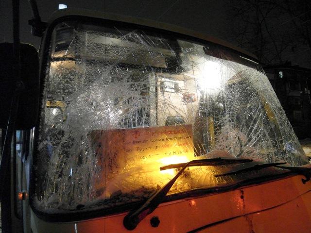 В Києві маршрутка врізалася в тролейбус. Фоо: Володимир Бородін