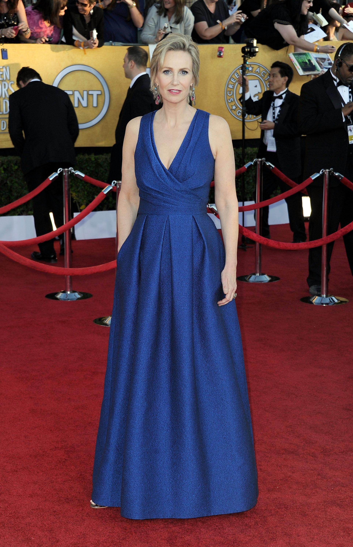 Джейн Линч в жаккардовом синем платье от David Meister. Фото: Frazer Harrison/Getty Images