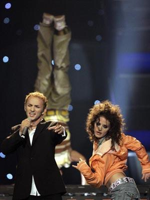 Румынский певец Mihai Traistariou с песней *Tornero*. фото: ARIS MESSINIS/AFP/Getty Images