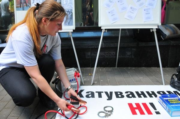 Акция «Выставка современных орудий пыток», посвященная Международному дню против пыток. Фото: Владимир Бородин/The Epoch Times