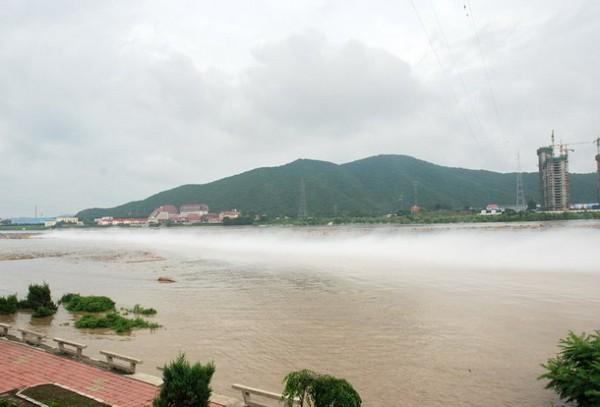 В результате попадания химикатов в воду образуется пар и едкий запах. Фото с epochtimes.com