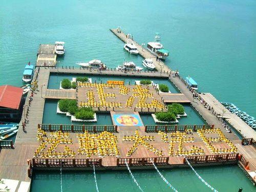 2002г. Надпись «День Фалунь Дафа». Фото с epochtimes.com
