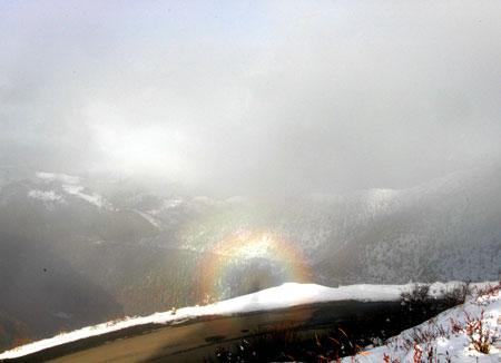 20 октября 2005 года «сияние Будды» было зафиксировано в заснеженных горах Яла в Ганьцзи провинции Сычуань. Фото: Великая Эпоха