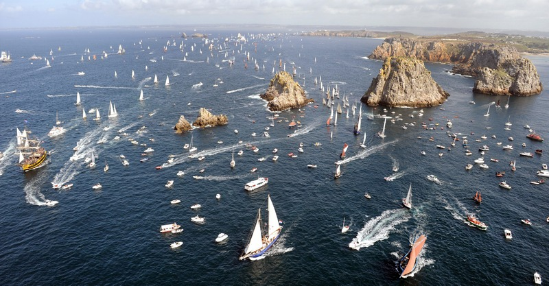 Франція, 19 липня. На західному узбережжі країни в затоці Крозоном морський парад відкрив традиційний фестиваль яхтового спорту «Салюти Бреста». Фото: FRED TANNEAU/AFP/GettyImages