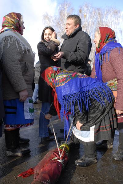 Энергичные старушки хватали веревкой расслабленных отдыхающих за ногу и требовали денег за освобождение. Фото: Владимир Бородин/The Epoch Times Украина