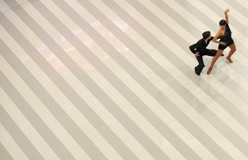 Блумингтон, США, 26 июля. В танцевальном центре Артура Мюррея отмечают столетие одного из самых крупных в мире торгово-развлекательных центров Mall of America. Фото: Hannah Foslien/Getty Images