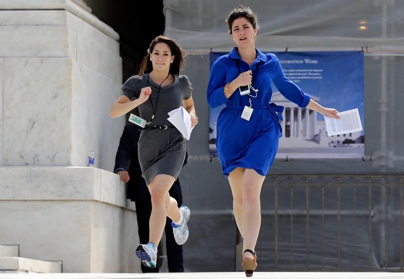 Вашингтон, США, 24 июня. Кто первый? Репортёры торопятся сообщить читателям свежие новости. Фото: Win McNamee/Getty Images