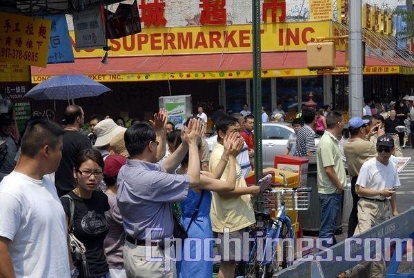 14 июня, Нью-Йорк. Многие прохожие выражают поддержку шествию последователей Фалуньгун. Фото: The Epoch Times