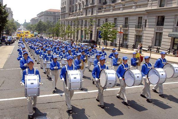 Шествие возглавила колонна Небесного оркестра. 18 июля. Вашингтон. Фото: Дай Бин