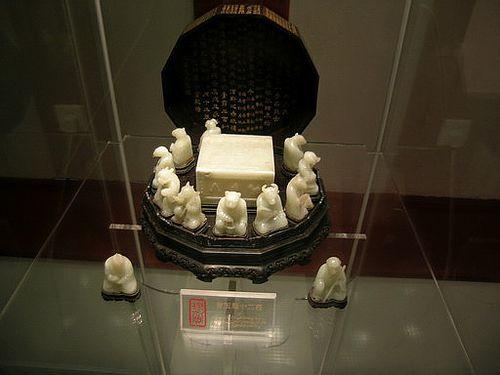 12 циклических знаков животных, вырезанных из нефрита. Фото с secretchina.com