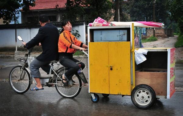 Подружжя-продавці смаженого батату. Повернення додому після робочого дня. Китайська провінція Шаньсі. Вересень 2011. Фото: news.ifeng.com