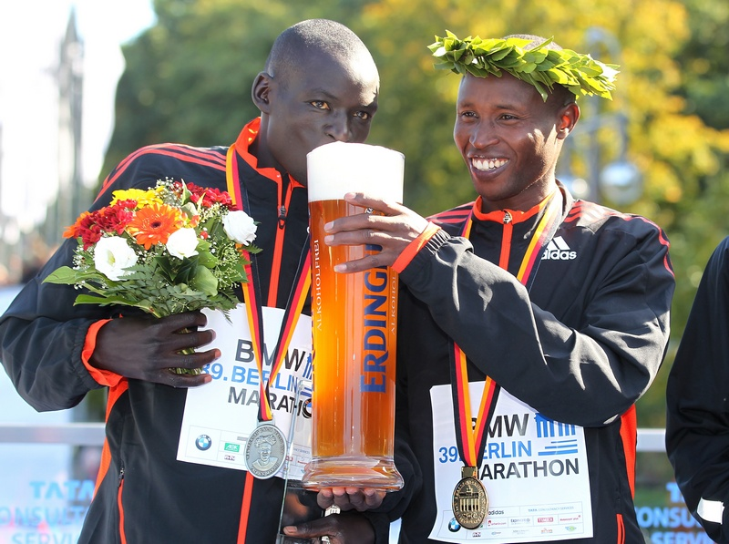 Берлин, Германия, 30 сентября. Победители 39-го берлинского марафона кенийцы Джеффри Мутай (справа) и Деннис Киметто угощаются пивом. Фото: Matthias Kern/Bongarts/Getty Images
