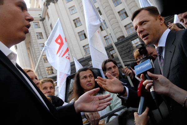 Автор неугодного протистующим законопроекта Олег Ляшко (справа) вышел к участникам акции. Фото: Владимир Бородин/The Epoch Times