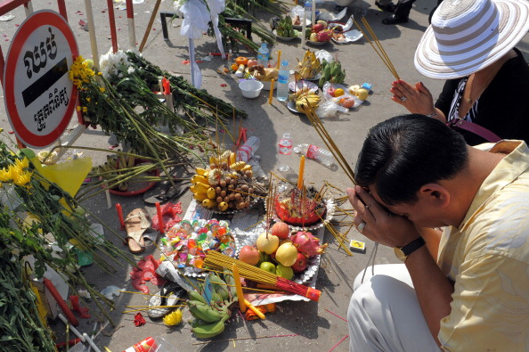 Сотні скорботних камбоджійських сімей вийшли 24-25 листопада на траурну церемонію по загиблим рідним, а також висловити свій гнів з приводу неорганізованої безпеки на заході. За оцінками влади число загиблих становило не 450, як повідомлялось раніше, а 38