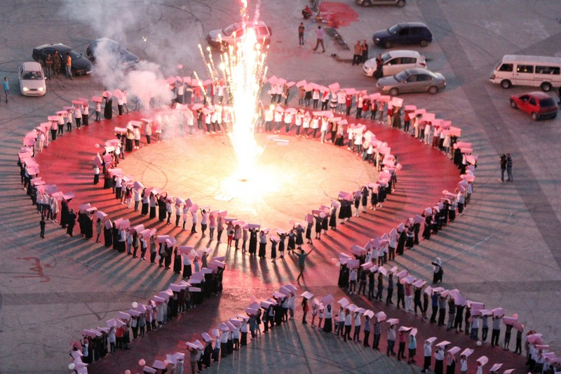 Бенгази, Ливия, 1 октября. Жители города образовали «розовую петлю» во время месячной международной акции «Мир против рака молочной железы». Фото: ABDULLAH DOMA/AFP/GettyImages