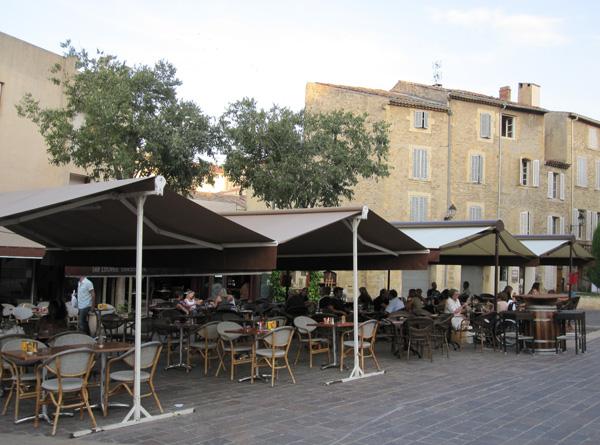 Ресторан на площади замка Ампери. Фото:Ирина Лаврентьева/Великая Эпоха