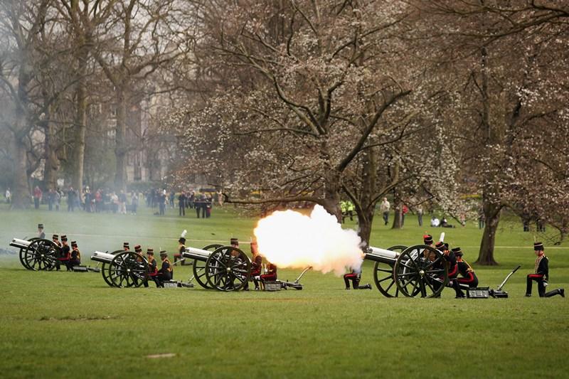 Лондон, Великобритания, 22 апреля. 87-летие королевы Елизаветы II отметили салютом из 41 пушечного залпа. Фото: Oli Scarff/Getty Images