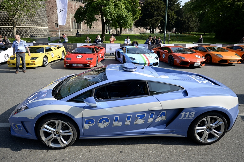 Милан, Италия, 7 мая. Компания «Ламборджини» отмечает 50-летие. В рамках празднования запланирован автопробег 250 машин с участием двух автомобилей, приобретённых департаментом городской полиции. Фото: OLIVIER MORIN/AFP/Getty Images