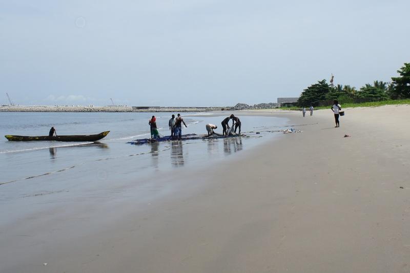 Рибалки розбирають улов. Фото: Олександр Африканець