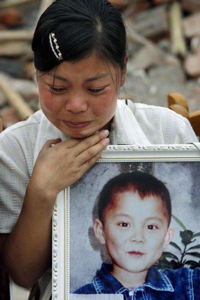 Родители, скорбящие по своим детям. Фото: Paula Bronstein/Getty Images